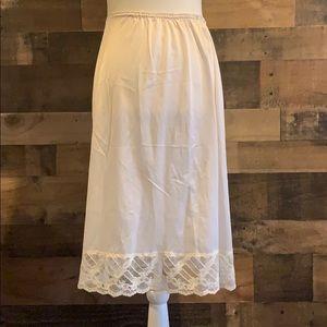 Vintage 90's off white half slip w/ lace trim